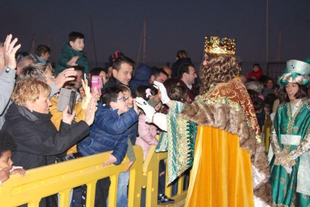 Miles de pinatarenses reciben con ilusión a los Reyes Magos, llegados por mar a la costa de la localidad - 3, Foto 3