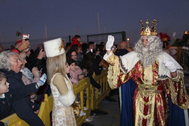 Miles de pinatarenses reciben con ilusión a los Reyes Magos, llegados por mar a la costa de la localidad - 4, Foto 4