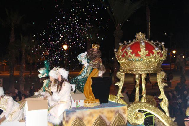Miles de pinatarenses reciben con ilusión a los Reyes Magos, llegados por mar a la costa de la localidad - 5, Foto 5