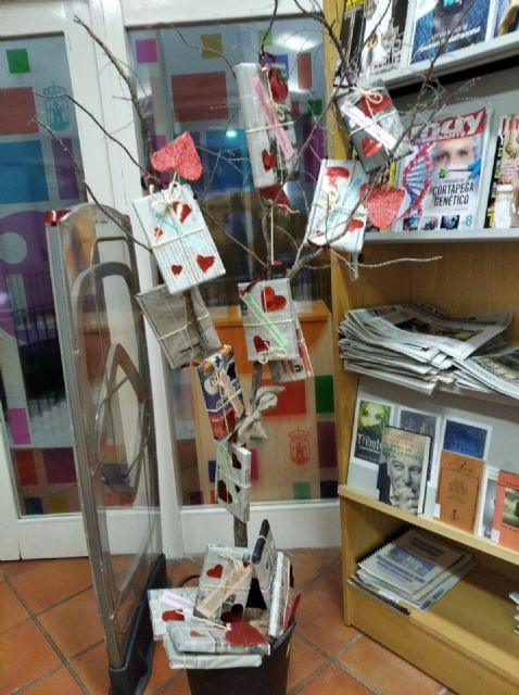 La Biblioteca Municipal Mateo Garc�a promueve mantener citas a ciegas con los libros por motivo de San Valent�n, Foto 5