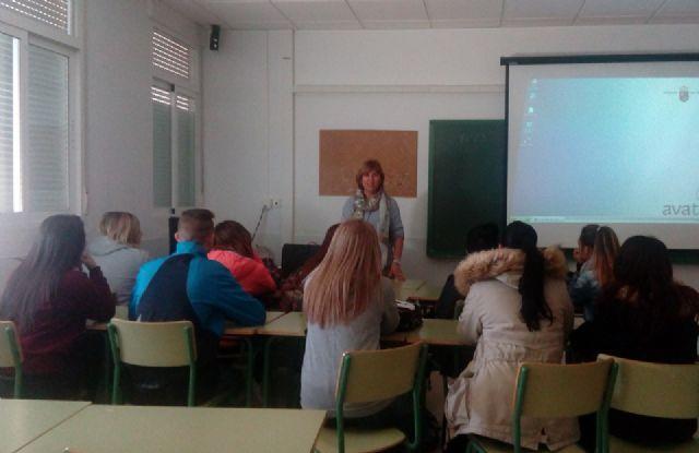 La oficina del CAVI imparte charlas a adolescentes para que detecten y reconozcan el maltrato, Foto 1