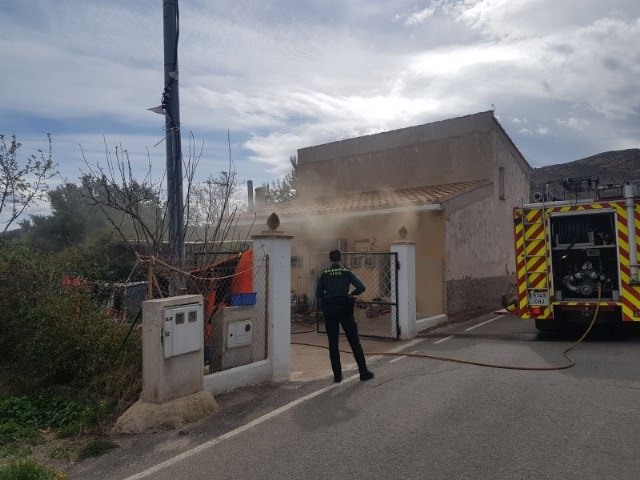Effective of the municipal services of emergencies they take care of an older woman in a fire registered in a house next to the hermitage of La Huerta - 1