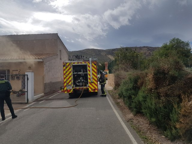 Effective of the municipal services of emergencies they take care of an older woman in a fire registered in a house next to the hermitage of La Huerta - 2