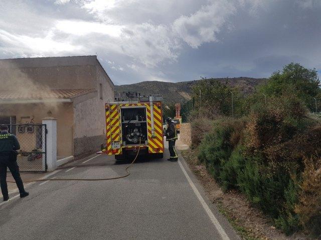 Efectivos de los servicios municipales de emergencias atienden a una mujer mayor en un incendio registrado en una vivienda próxima a la ermita de La Huerta, Foto 2