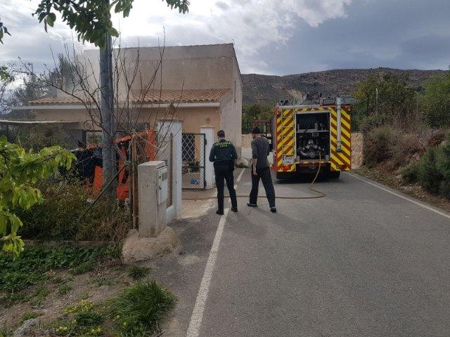 Efectivos de los servicios municipales de emergencias atienden a una mujer mayor en un incendio registrado en una vivienda próxima a la ermita de La Huerta, Foto 3