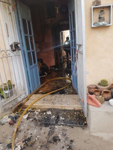 Efectivos de los servicios municipales de emergencias atienden a una mujer mayor en un incendio registrado en una vivienda próxima a la ermita de La Huerta, Foto 4