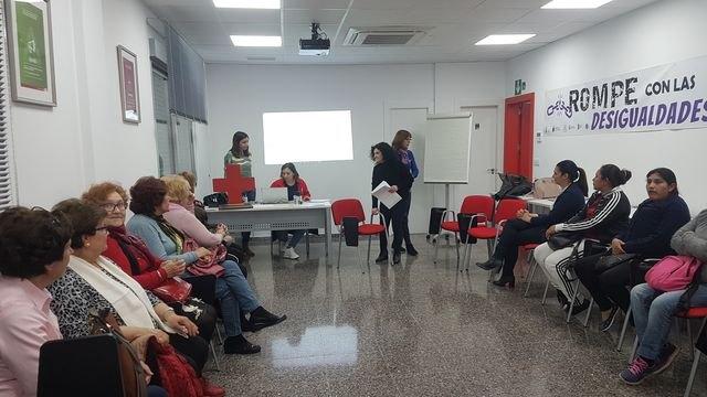 El pasado lunes se celebró en los locales de Cruz Roja Totana el coloquio Rompe con las desigualdades - 1, Foto 1