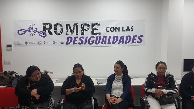 El pasado lunes se celebró en los locales de Cruz Roja Totana el coloquio Rompe con las desigualdades - 3, Foto 3