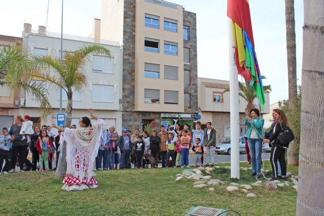La bandera gitana ondea en Puerto Lumbreras con motivo del Día Internacional del Pueblo Gitano - 1, Foto 1