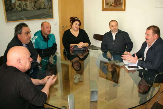 The mayor meets with the Federation of Peñas del Carnaval to promote the record of Regional Tourist Interest of this party