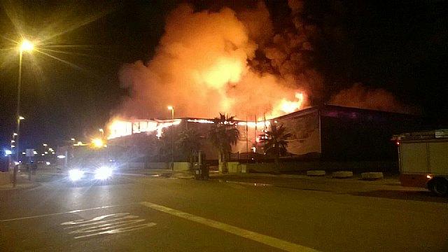 Servicios de emergencia trabajan en la extinción del incendio de una nave en el Polígono de Totana, Foto 1
