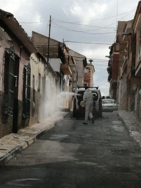 La unidad de defensa contra incendios forestales se ha sumando hoy a las labores de desinfección del ayuntamiento - 1, Foto 1