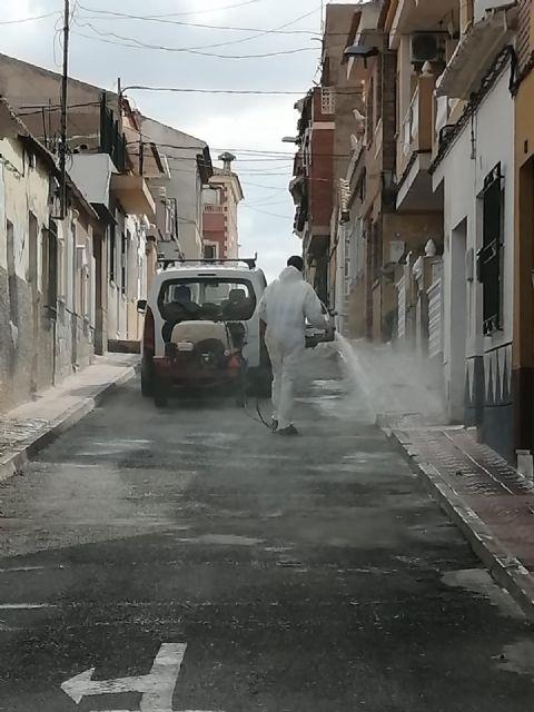 La unidad de defensa contra incendios forestales se ha sumando hoy a las labores de desinfección del ayuntamiento - 3, Foto 3