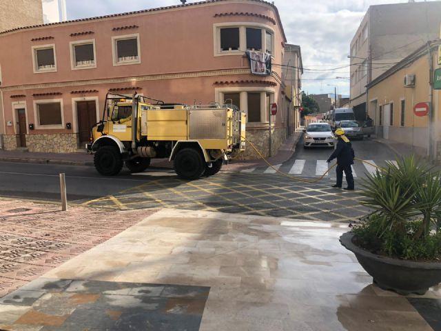 La unidad de defensa contra incendios forestales se ha sumando hoy a las labores de desinfección del ayuntamiento - 4, Foto 4