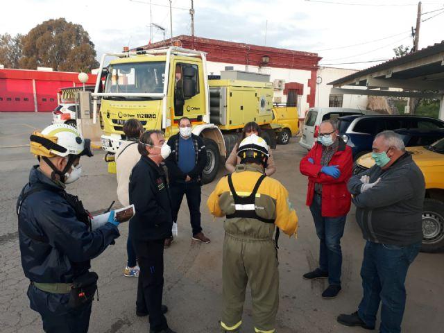 La unidad de defensa contra incendios forestales se ha sumando hoy a las labores de desinfección del ayuntamiento - 5, Foto 5