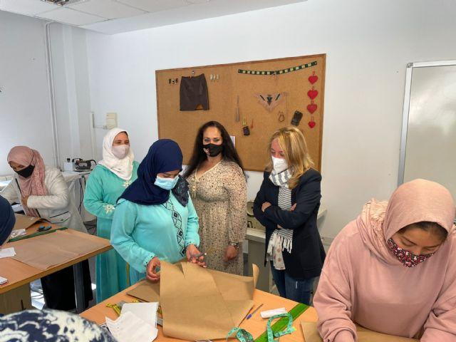 El Ayuntamiento de Lorca pone en marcha un taller de costura para mujeres extranjeras con el objetivo de seguir trabajando en su integración social y laboral - 1, Foto 1