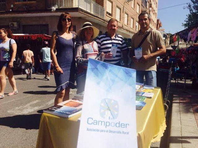 Campoder realiza una acción de difusión de su actividad en el mercadillo semanal dentro de su estrategia de desarrollo participativo, Foto 1