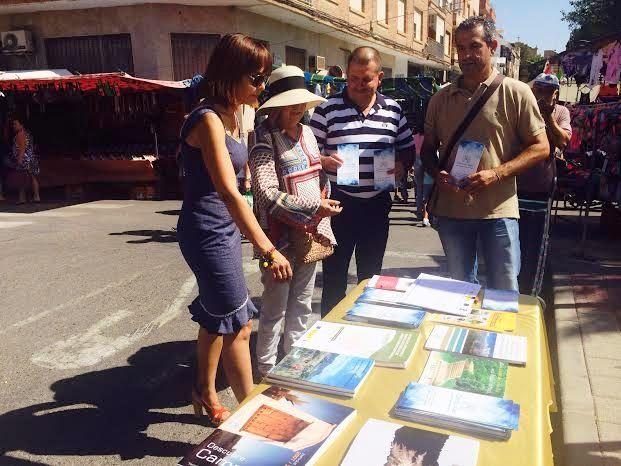 Campoder realiza una acción de difusión de su actividad en el mercadillo semanal dentro de su estrategia de desarrollo participativo, Foto 3