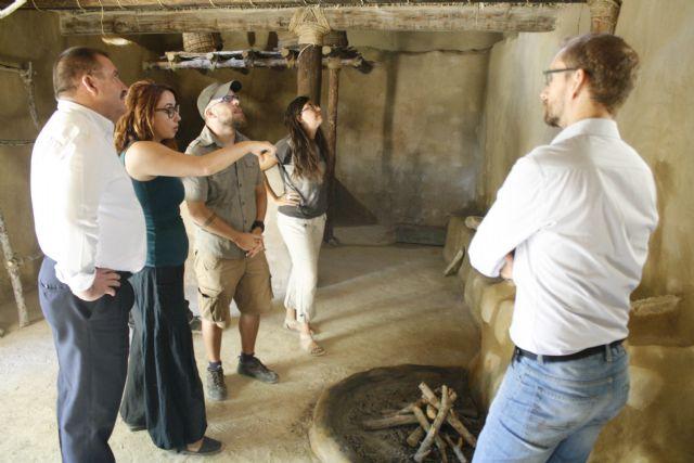 Autoridades municipales visitan las obras de construcción de la réplica de vivienda argárica construida en el yacimiento de La Bastida, Foto 1