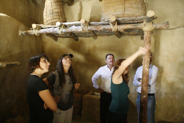 Autoridades municipales visitan las obras de construcción de la réplica de vivienda argárica construida en el yacimiento de La Bastida, Foto 2
