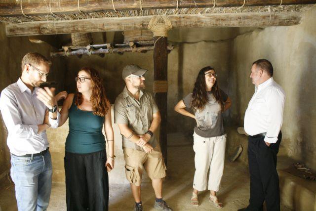 Autoridades municipales visitan las obras de construcción de la réplica de vivienda argárica construida en el yacimiento de La Bastida, Foto 3