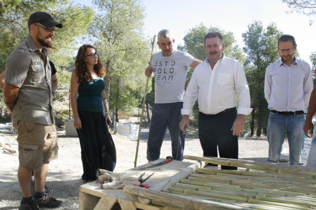 Autoridades municipales visitan las obras de construcción de la réplica de vivienda argárica construida en el yacimiento de La Bastida, Foto 4