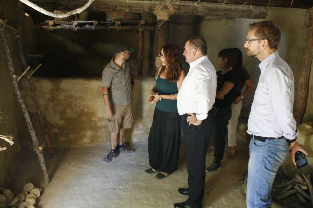 Autoridades municipales visitan las obras de construcción de la réplica de vivienda argárica construida en el yacimiento de La Bastida, Foto 5