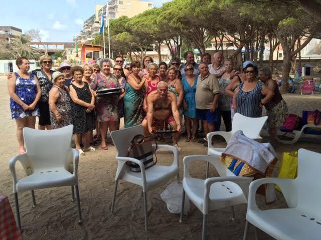 Cerca de 500 usuarios han participado este verano en el programa de viajes a la playa en la Cala del Pino, Foto 1
