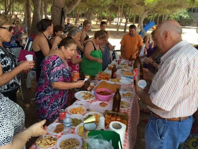 Cerca de 500 usuarios han participado este verano en el programa de viajes a la playa en la Cala del Pino, Foto 2