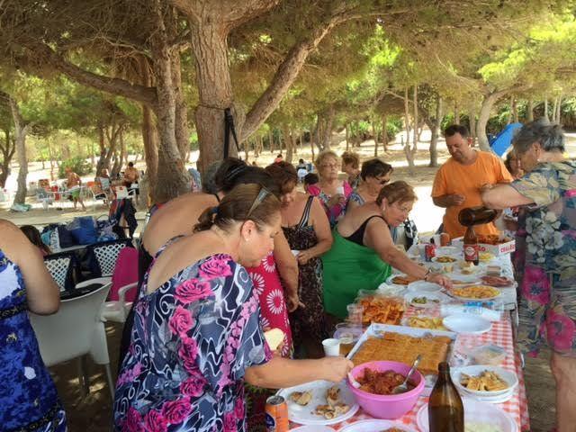 Cerca de 500 usuarios han participado este verano en el programa de viajes a la playa en la Cala del Pino, Foto 5