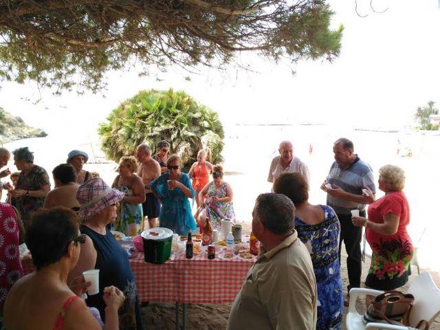 Cerca de 500 usuarios han participado este verano en el programa de viajes a la playa en la Cala del Pino, Foto 6