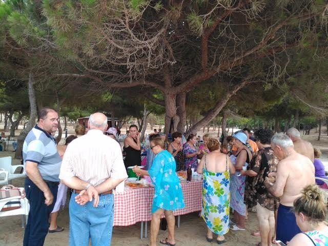 Cerca de 500 usuarios han participado este verano en el programa de viajes a la playa en la Cala del Pino, Foto 7