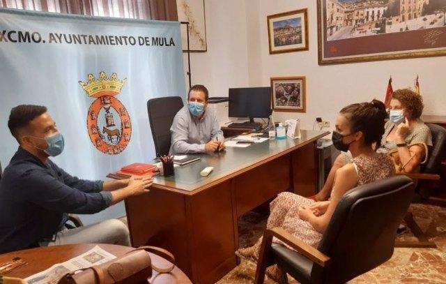 Juan Jesús Moreno y Diego Boluda reciben a la artista muleña Irene Orcajada - 1, Foto 1