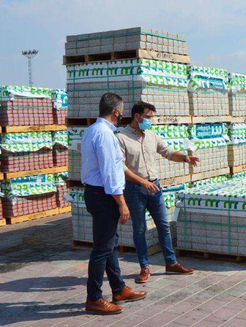 El alcalde López Manzanera visita la empresa local de prefabricados de hormigón Montalbán y Rodríguez - 1, Foto 1