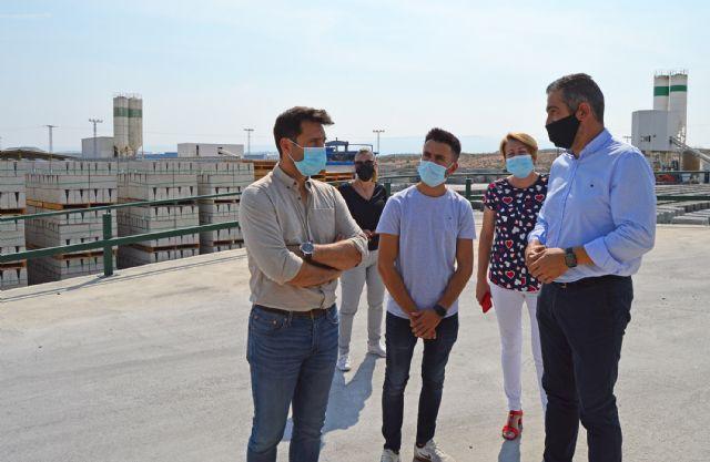 El alcalde López Manzanera visita la empresa local de prefabricados de hormigón Montalbán y Rodríguez - 3, Foto 3