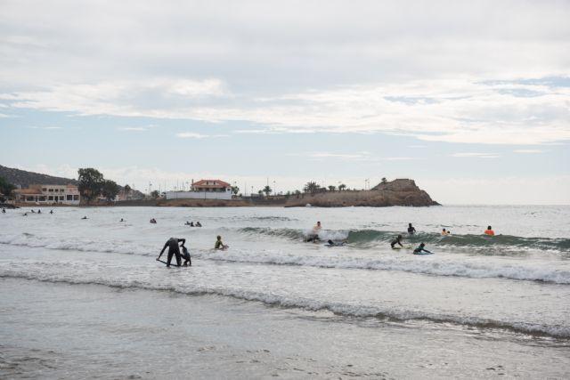 40 surfistas desafían a las olas en la playa de Bahía, Foto 1