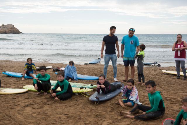 40 surfistas desafían a las olas en la playa de Bahía, Foto 2