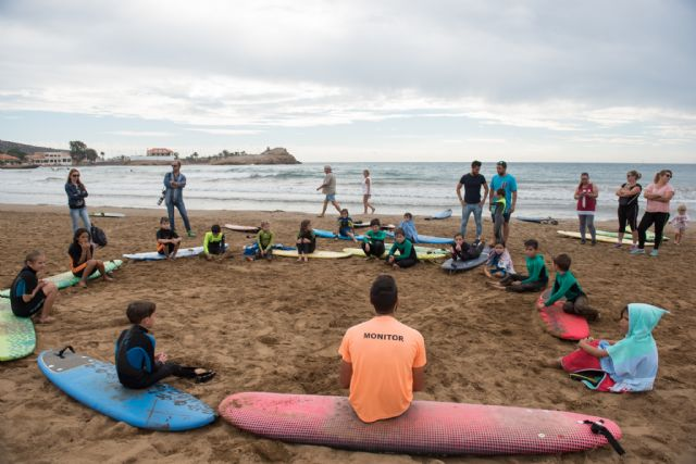 40 surfistas desafían a las olas en la playa de Bahía, Foto 3