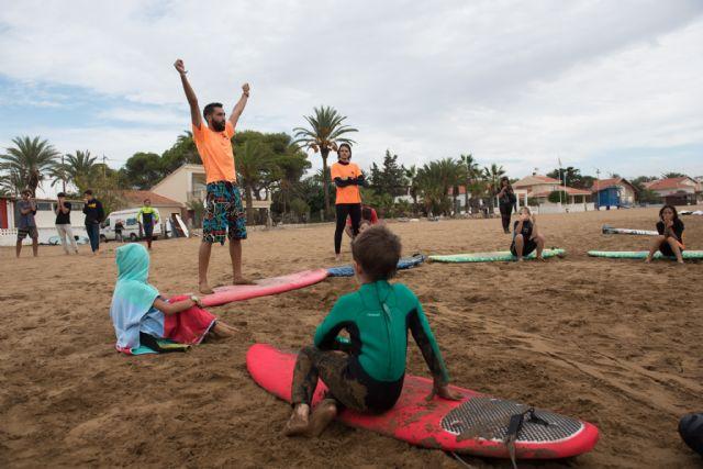 40 surfistas desafían a las olas en la playa de Bahía, Foto 4