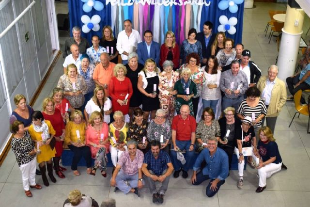 La Junta Local de la AECC presenta su calendario solidario con el apoyo de los mayores del Centro Social del Puerto, Foto 1