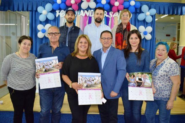 La Junta Local de la AECC presenta su calendario solidario con el apoyo de los mayores del Centro Social del Puerto, Foto 2