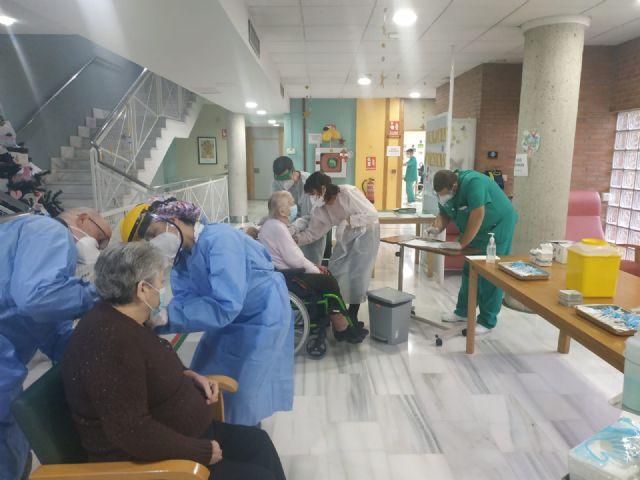 Residentes y empleados de Virgen de la Salud de Alcantarilla reciben la primera dosis de la vacuna contra la Covid-19 - 1, Foto 1