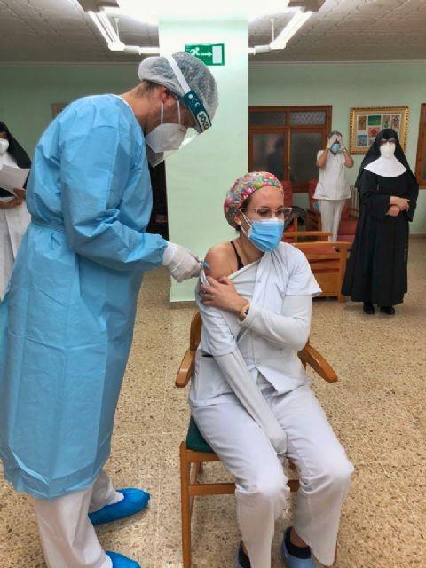 El Área IV de Salud suministra las primeras dosis de la vacuna contra la COVID-19 a unos 300 ancianos, dependientes y personal de residencias de Caravaca de la Cruz - 3, Foto 3