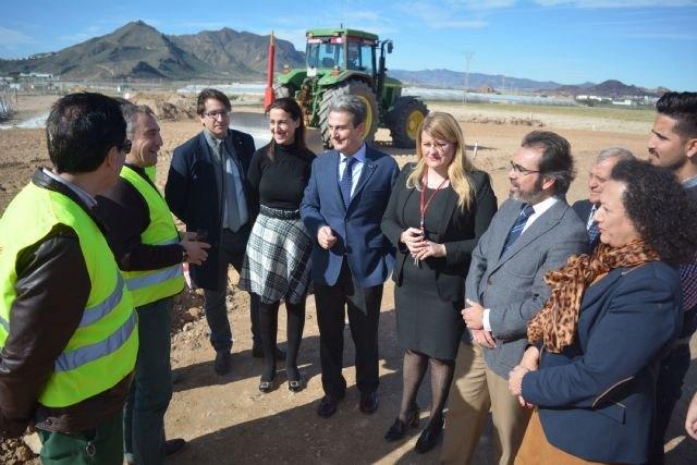 Las obras de la nueva rotonda que facilita el acceso al polideportivo de Mazarrón finalizarán antes de Semana Santa - 1, Foto 1