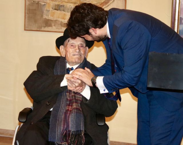 López Miras anuncia el inicio del proceso para otorgar la Medalla de Oro de la Comunidad al Tío Juan Rita,