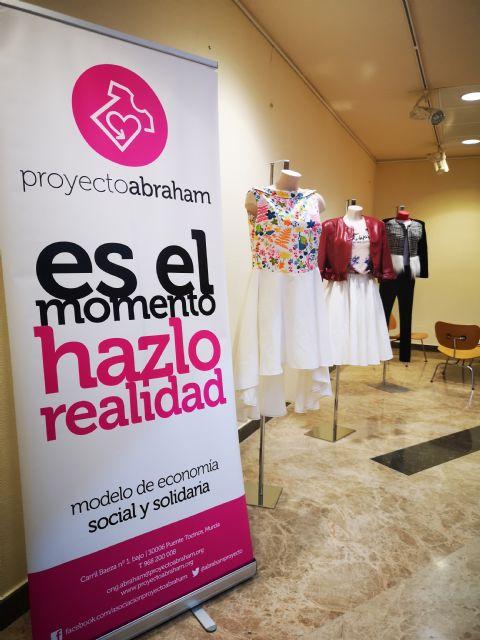 Estudiantes de la Universidad de Murcia aprenden a reciclar ropa usada con un taller de Proyecto Abraham - 1, Foto 1