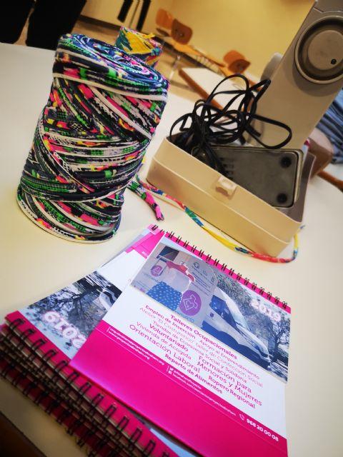 Estudiantes de la Universidad de Murcia aprenden a reciclar ropa usada con un taller de Proyecto Abraham - 2, Foto 2