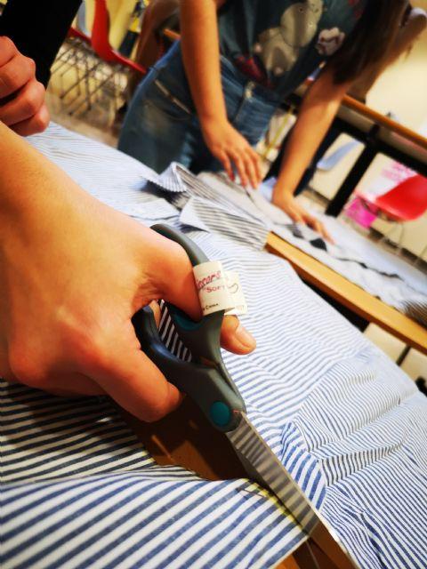 Estudiantes de la Universidad de Murcia aprenden a reciclar ropa usada con un taller de Proyecto Abraham - 3, Foto 3