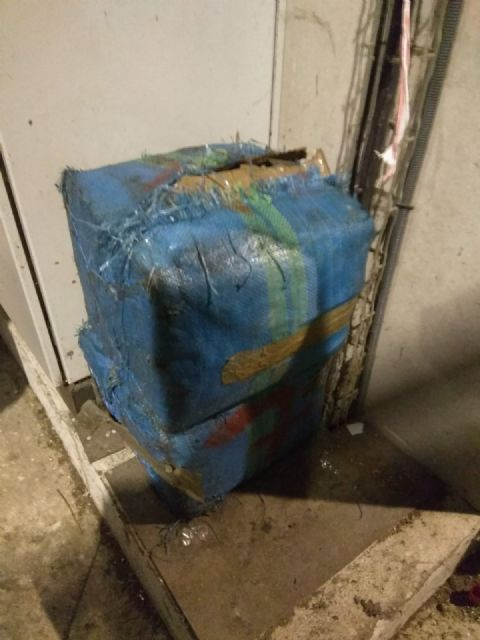 Los empleados del Centro de Gestión de Residuos de Limusa detectan dos fardos de hachís de 30 kilos mientras trataban la basura en la cabina de triaje primario de Barranco Hondo - 1, Foto 1