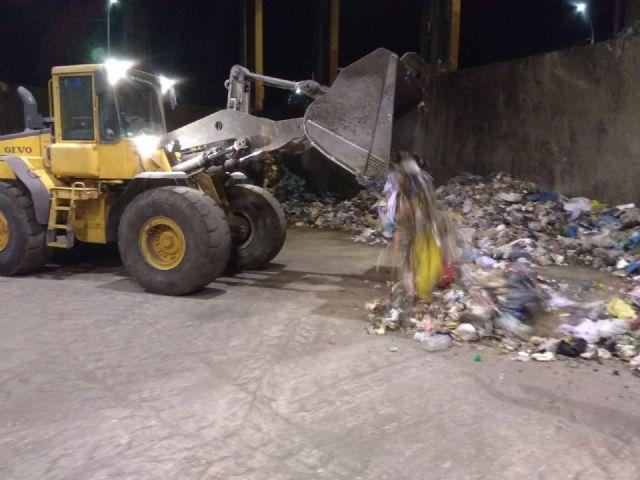 Los empleados del Centro de Gestión de Residuos de Limusa detectan dos fardos de hachís de 30 kilos mientras trataban la basura en la cabina de triaje primario de Barranco Hondo - 2, Foto 2